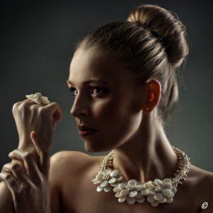 Žena a šperk - V. Veverka